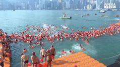 Hong Kong, riecco la traversata a nuoto del porto