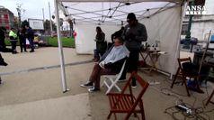 A Napoli parrucchieri per un taglio a poverta'