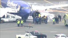 Usa: motore aereo esplode, donna quasi risucchiata da oblo'
