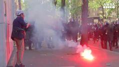 Molotov contro polizia a manifestazione anti-Macron  a Parigi