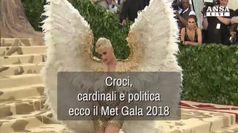 Croci, cardinali e politica al gala del Met
