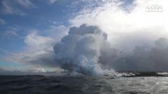 Hawaii, la nube tossica del vulcano vista dal mare