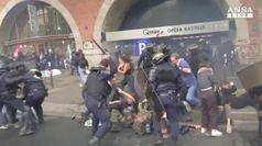 La Francia in piazza, scontri alle proteste anti-Macron
