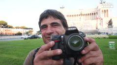Ex clochard riceve macchina fotografica dal fotografo del papa