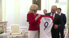 Mondiali, presidente Croazia regala a Putin maglia
