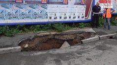 Maltempo: asfalto cede in centro Varese, si apre voragine