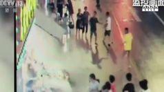 Crolla un'insegna, tre vittime a Shanghai