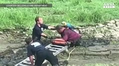 Bloccati nel fango, salvati un uomo e il suo pappagallo