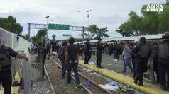 Battaglia a confine tra migranti Honduras e agenti Messico