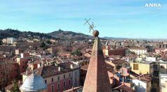 Sisma Romagna: croce su campanile di Bologna si inclina