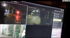 Bomba pizzeria: in video uomo solo piazza ordigno e fugge