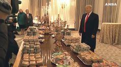 Trump serve di persona buffet alla Casa Bianca