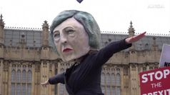 Brexit, attesa per il voto tra le proteste