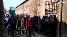 La fiaccola di San Benedetto entra ad Auschwitz
