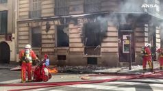 Gilet gialli, palazzo in fiamme a Parigi