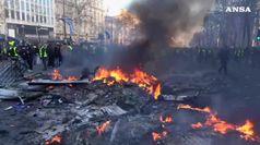 Gilet gialli, la protesta fra roghi e lacrimogeni