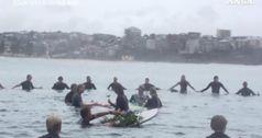 Christchurch, l'omaggio dei surfisti