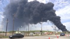 Texas, in fiamme petrolchimico a Huston