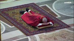 Celebrazione della Passione, Papa si prostra a terra