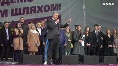 L'Ucraina domenica al voto, Zelensky vola nei sondaggi