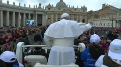 Il Papa in jeep con otto bambini immigrati