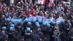 Scontri a Napoli tra agenti e manifestanti anti-Salvini