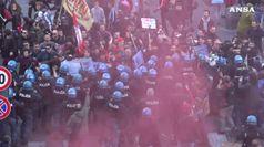 Tensioni con polizia e carica di un gruppo di manifestanti a Napoli