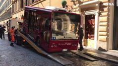Bus elettrico in fiamme nel centro di Roma