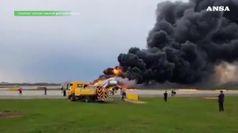 Mosca: atterra in fiamme dopo decollo, 41 morti