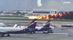Aereo atterra in fiamme a Mosca, almeno 41 morti