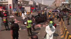 Attacco suicida davanti a santuario in Pakistan, 10 morti