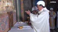 A Notre-Dame prima messa tra elmetti e macerie