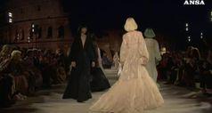 Fendi omaggia Karl Lagerfeld sullo sfondo del Colosseo