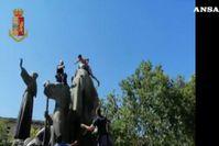 Roma, si arrampica sulla statua di San Francesco e minaccia di lanciarsi di sotto
