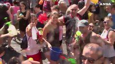 Secchi, pistole e gavettoni: battaglia d'acqua a Madrid