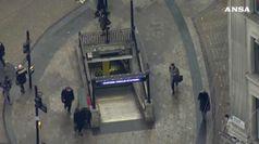 Spruzzano gas lacrimogeno nella metro, paura a Londra