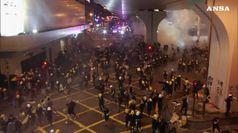 Hong Kong, polizia spara gas lacrimogeni contro manifestanti
