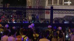 Proteste ad Hong Kong, lacrimogeni su attivisti e 82 arresti