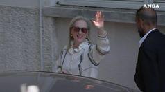 Meryl Streep arriva a Venezia, baci e sorrisi per i fan