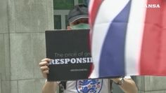 In centinaia davanti a consolato britannico ad Hong Kong