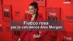 Fiocco rosa per la calciatrice Alex Morgan
