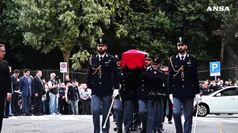 Agenti uccisi a Trieste, lungo applauso all'arrivo dei feretri