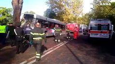 Roma, bus contro un albero: i feriti vengono portati in ospedale