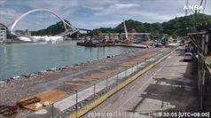 Incidente a un ponte in Taiwan, ecco il crollo