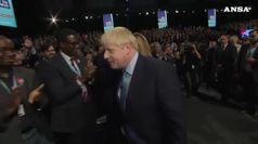 Nuove polemiche su Boris Johnson, non stringe la mano a due persone di colore