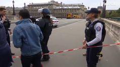 Parigi, accoltella quattro poliziotti in un commissariato