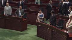 Hong Kong, Carrie Lam lascia l'Aula del Parlamento per le proteste