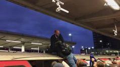 Ambientalisti in metro Londra, passeggeri li cacciano
