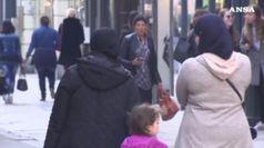 Francia divisa sul velo islamico. Macron: