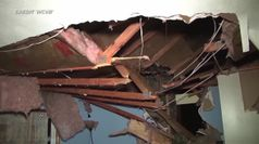 Usa, albero cade durante tempesta e distrugge casa in Massachusetts